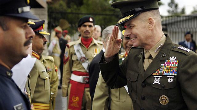 General Peter Pace salutes Pakistani servicemen